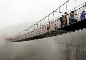 Uji Nyali Melintasi Jembatan Kaca